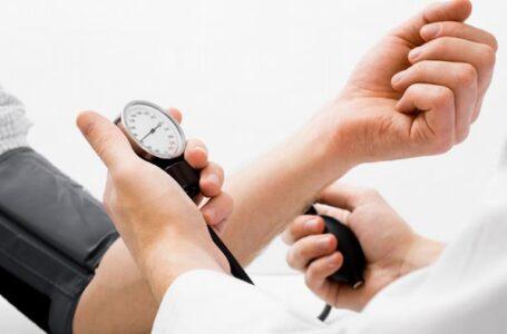 طرق طبيعية لخفض ضغط الدم… منها المشي وتخفيف الملح